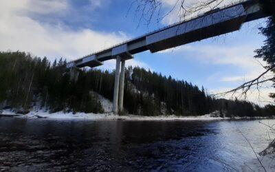 Wzmocnienie mostu przezrzekę Öre koło miejscowości Bjurholm wSzwecji